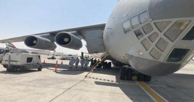 भारतीय वायु सेना द्वारा दुबई के लिए ऑक्सीजन कंटेनरों का परिवहन