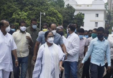 नारद स्टिंग मामले में टीएमसी के चार नेता सीबीआई हिरासत में, ममता बनर्जी का सीबीआई ऑफिस में धरना