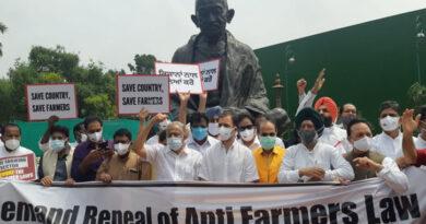 सड़क से संसद तक कृषि क़ानून का विरोध जारी